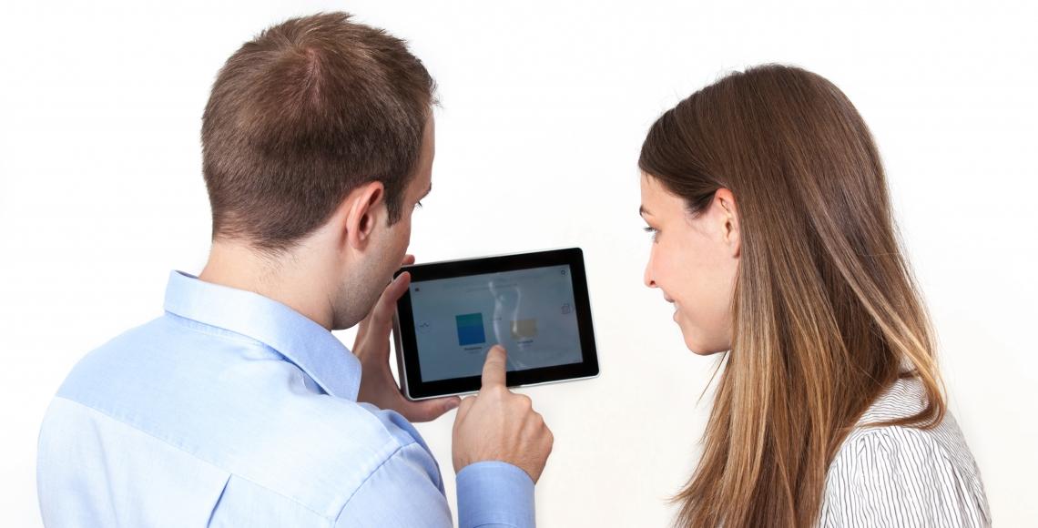 Mann und Frau mit einem Tablet in der Hand