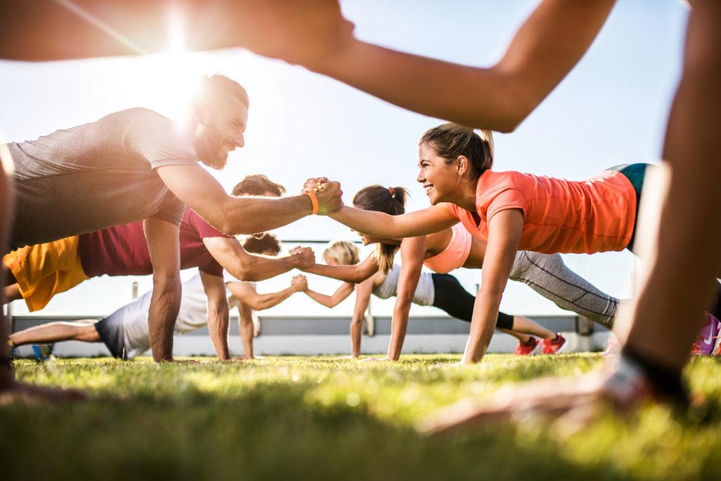 Glückliche Menschen machen gemeinsam Sport